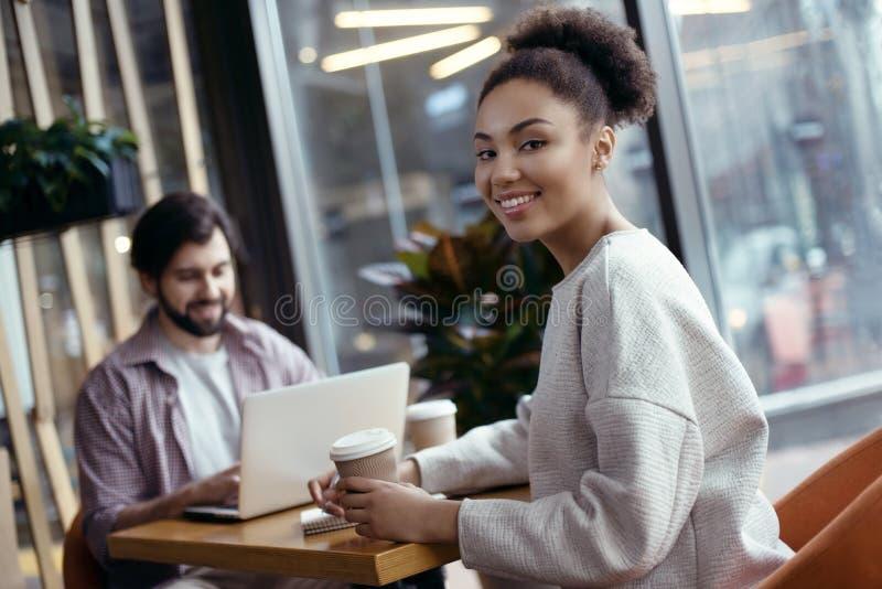 Νέοι που μαζί στη δημιουργική γυναίκα συνεδρίασης γραφείων στοκ εικόνες