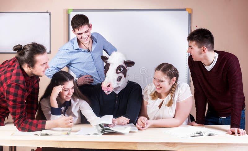 Νέοι που μελετούν με τα βιβλία στο άσπρο γραφείο στοκ φωτογραφία με δικαίωμα ελεύθερης χρήσης