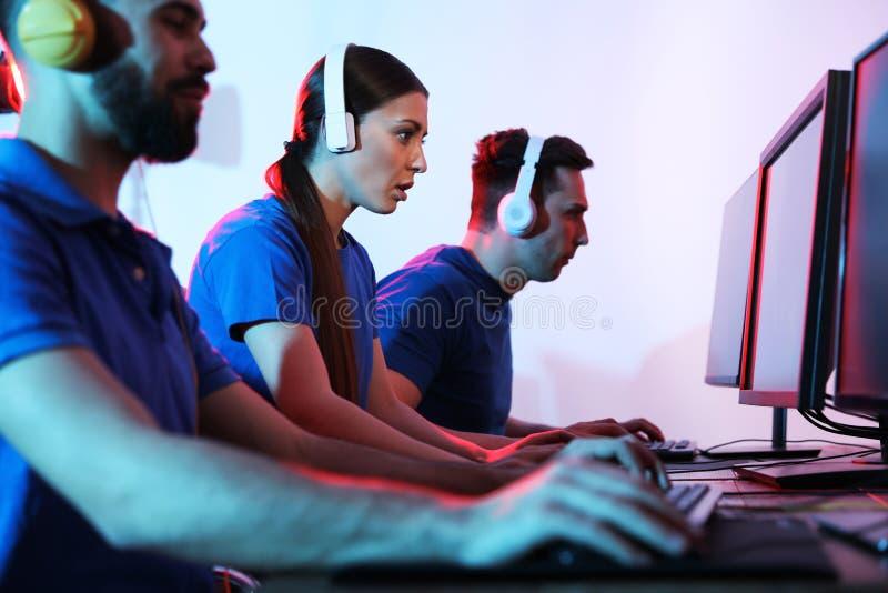Νέοι που παίζουν τα τηλεοπτικά παιχνίδια Πρωταθλήματα Esports στοκ εικόνες με δικαίωμα ελεύθερης χρήσης