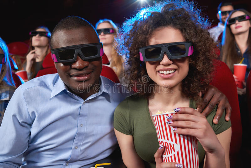 Νέοι που προσέχουν την τρισδιάστατη ταινία στον κινηματογράφο στοκ φωτογραφίες