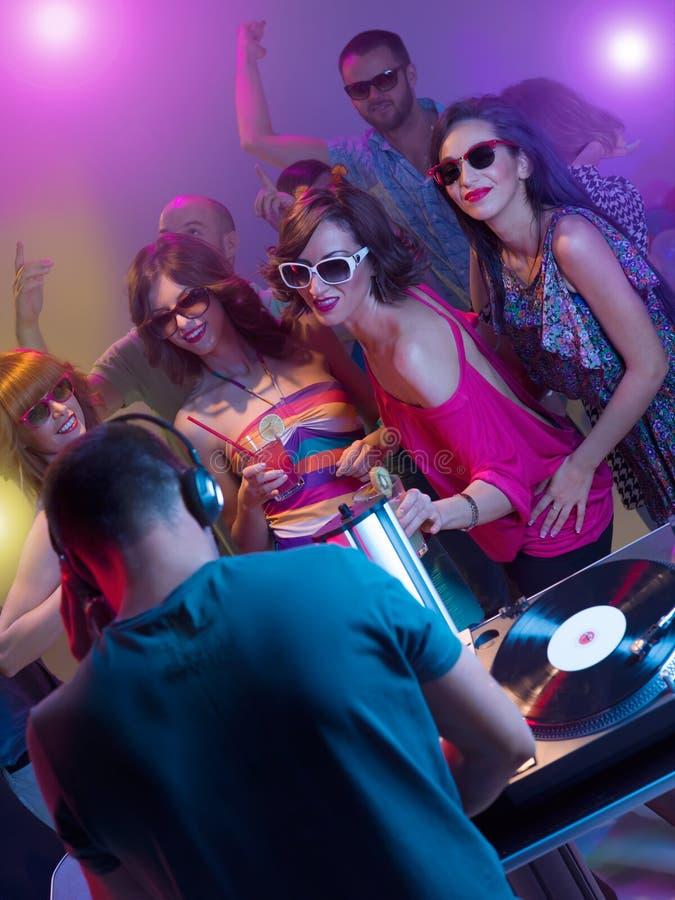 Νέοι που χορεύουν στο συμβαλλόμενο μέρος με το DJ στοκ φωτογραφία με δικαίωμα ελεύθερης χρήσης