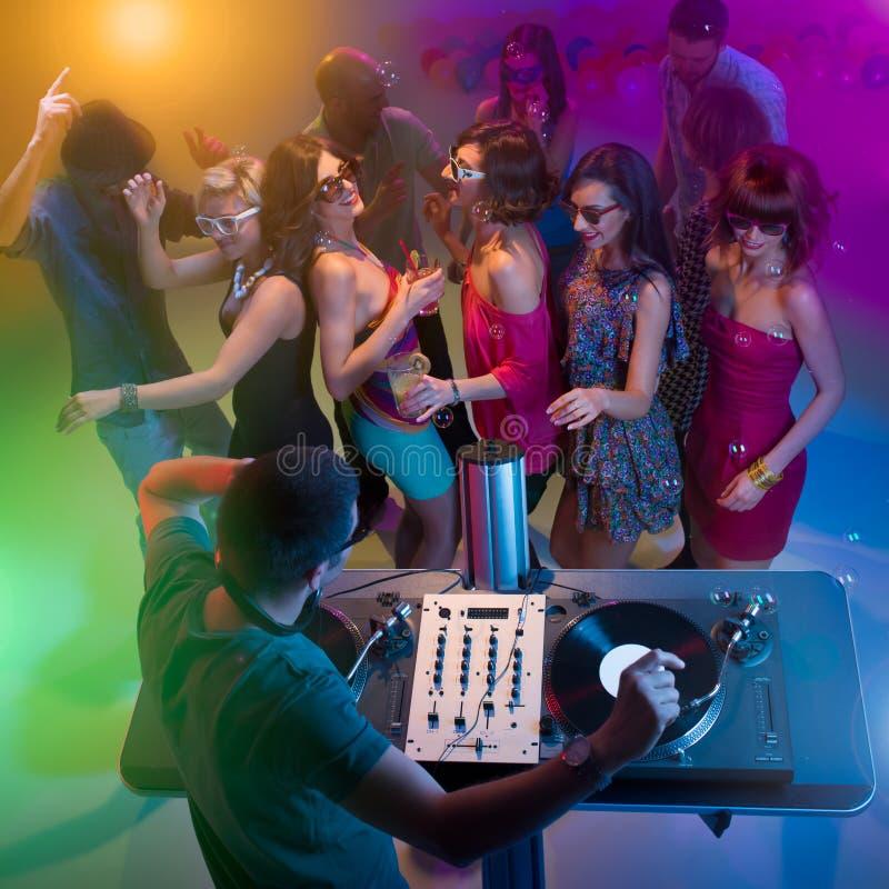 Νέοι που χορεύουν στο συμβαλλόμενο μέρος με το DJ στοκ φωτογραφίες με δικαίωμα ελεύθερης χρήσης