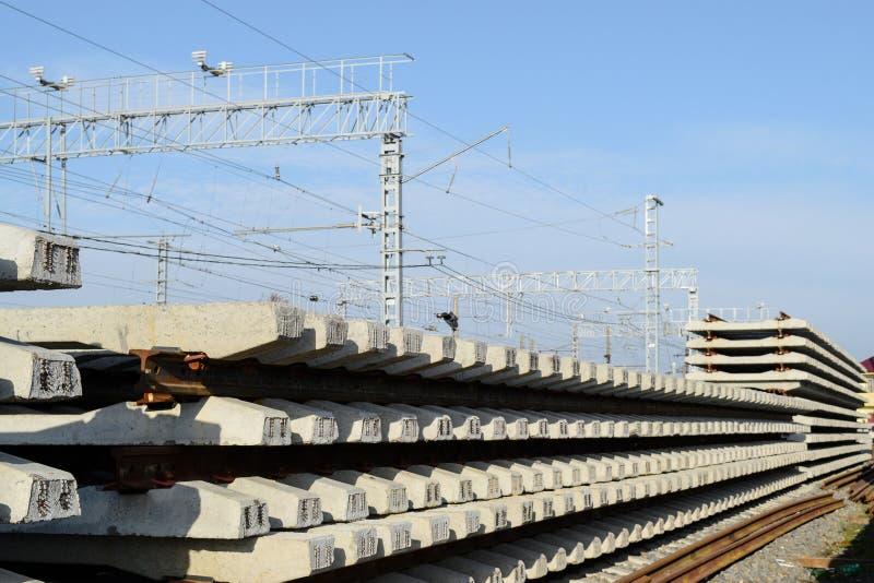 Νέοι ράγες και κοιμώμεοί Οι ράγες και οι κοιμώμεοί συσσωρεύονται η μια στην άλλη Ανακαίνιση του σιδηροδρόμου Δρόμος ραγών για το  στοκ φωτογραφίες με δικαίωμα ελεύθερης χρήσης