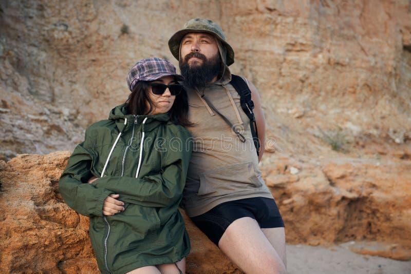 Νέοι ρομαντικοί ταξιδιώτες που εξετάζουν στον ουρανό παραλιών, που απολαμβάνει το ηλιοβασίλεμα τη θάλασσα - έννοια αγάπης, καλοκα στοκ εικόνα με δικαίωμα ελεύθερης χρήσης