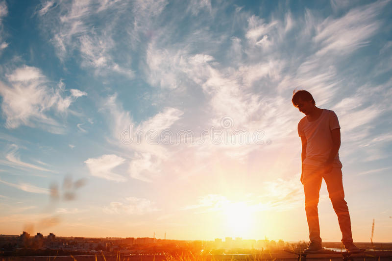 Νέοι σκέιτερ που εκπαιδεύουν στο πάρκο στο ηλιοβασίλεμα ηξών στοκ εικόνα με δικαίωμα ελεύθερης χρήσης