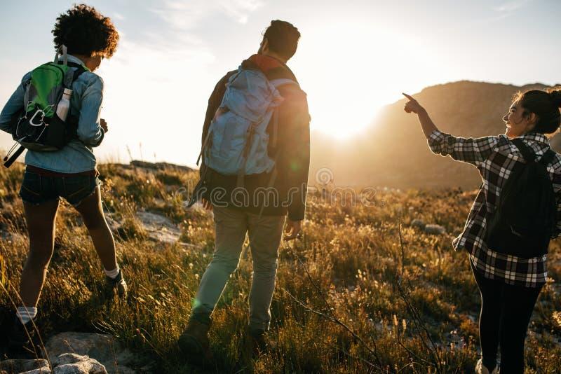 Νέοι στην πεζοπορία επαρχίας στοκ φωτογραφίες