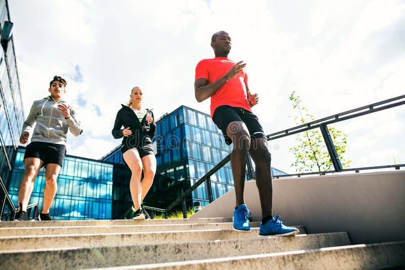 Νέοι στην πόλη που τρέχει από κοινού στοκ φωτογραφία με δικαίωμα ελεύθερης χρήσης