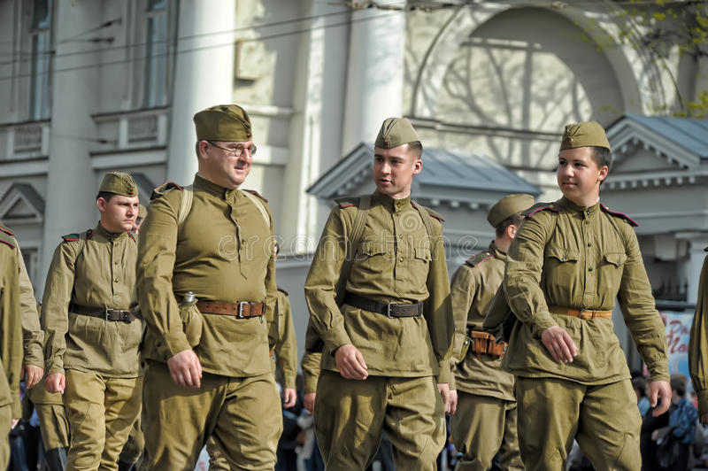 Νέοι στη στολή του δεύτερου παγκόσμιου πολέμου. στοκ εικόνες με δικαίωμα ελεύθερης χρήσης