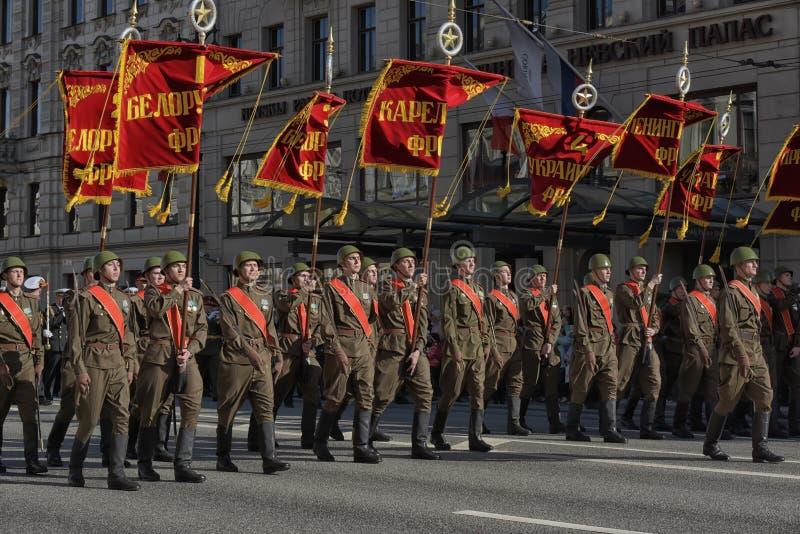 Νέοι στη στολή του δεύτερου παγκόσμιου πολέμου στοκ εικόνες με δικαίωμα ελεύθερης χρήσης