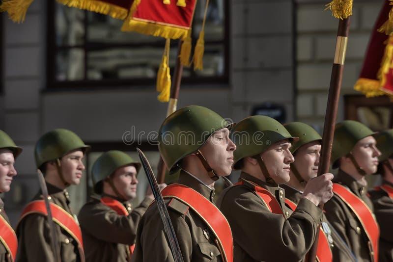 Νέοι στη στολή του δεύτερου παγκόσμιου πολέμου στοκ φωτογραφίες