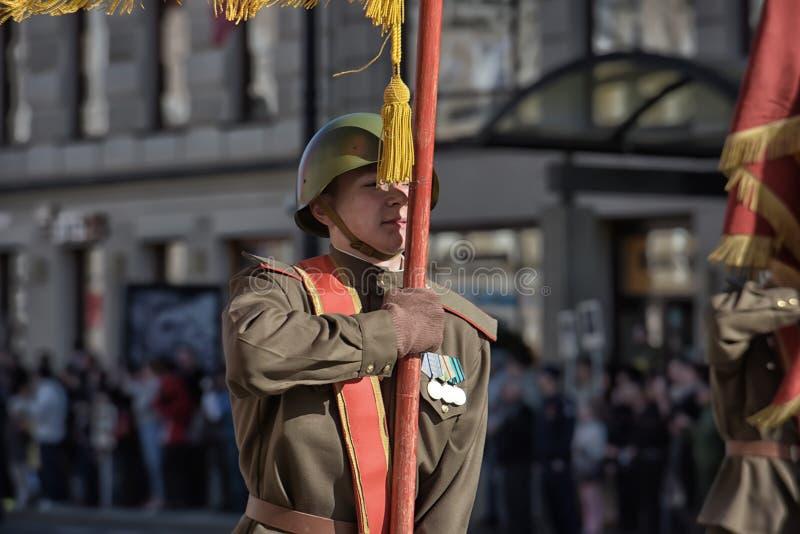 Νέοι στη στολή του δεύτερου παγκόσμιου πολέμου στοκ φωτογραφία