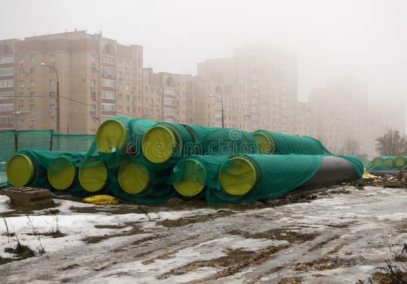 Νέοι σωλήνες για τη θέρμανση των κεντρικών αγωγών με τα βουλώματα στοκ εικόνα με δικαίωμα ελεύθερης χρήσης