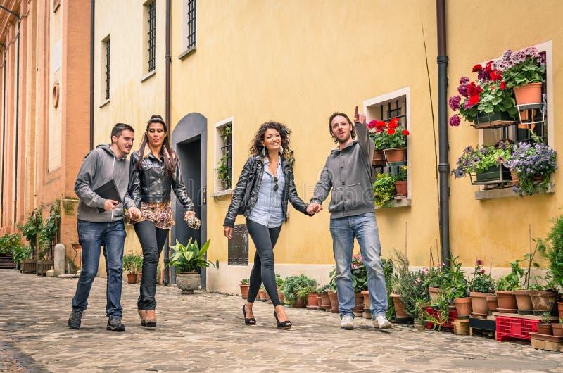 Νέοι τουρίστες που περπατούν στην παλαιά πόλη στοκ εικόνες