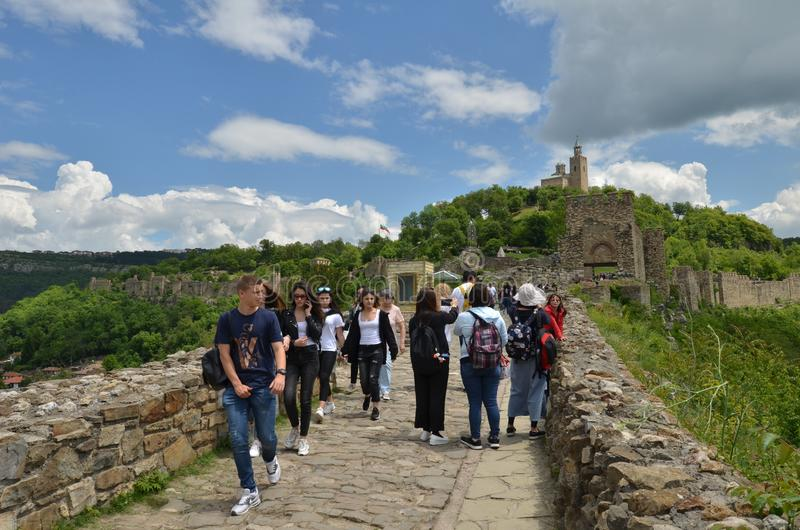 Νέοι τουρίστες στο φρούριο Tsarevets, Βελίκο Τύρνοβο, Βουλγαρία στοκ εικόνα