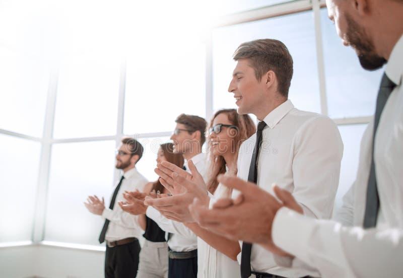 Νέοι υπάλληλοι της επιχείρησης μια όρθια επευφημία στοκ εικόνα με δικαίωμα ελεύθερης χρήσης
