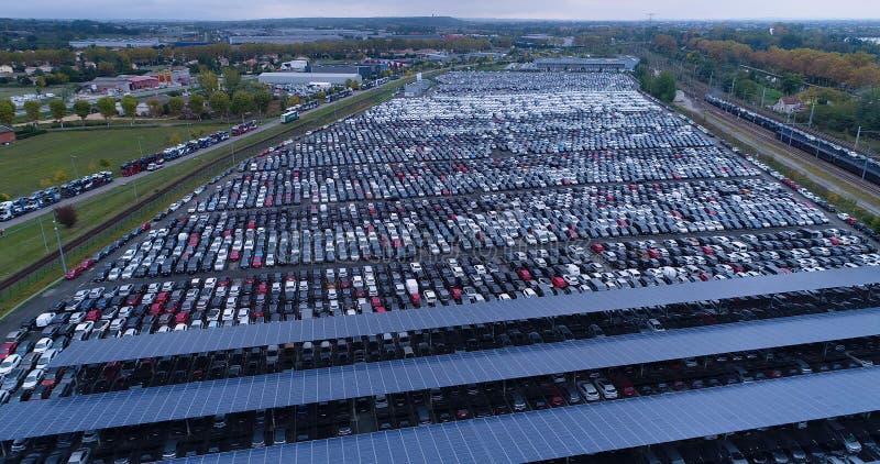 Νέοι υπαίθριος σταθμός αυτοκινήτων και φορτηγό με το ηλιακό πλαίσιο στοκ φωτογραφία