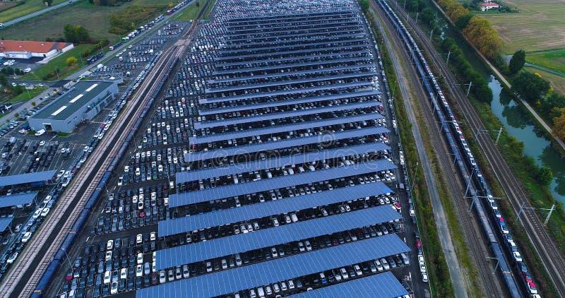 Νέοι υπαίθριος σταθμός αυτοκινήτων και φορτηγό με το ηλιακό πλαίσιο στοκ φωτογραφίες με δικαίωμα ελεύθερης χρήσης