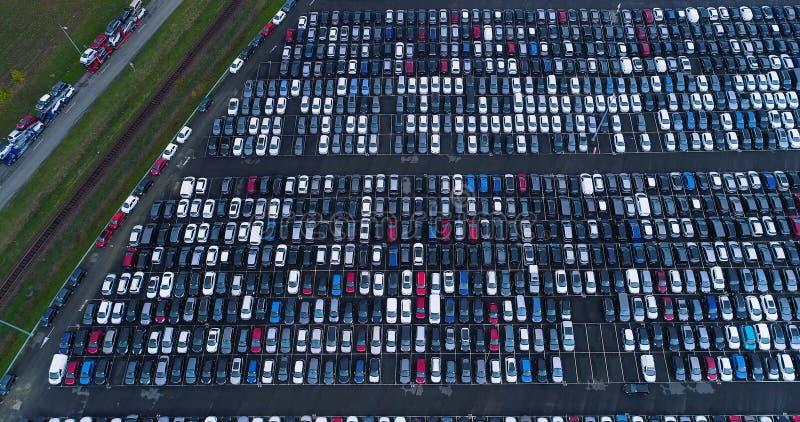 Νέοι υπαίθριος σταθμός αυτοκινήτων και φορτηγό στοκ εικόνα με δικαίωμα ελεύθερης χρήσης