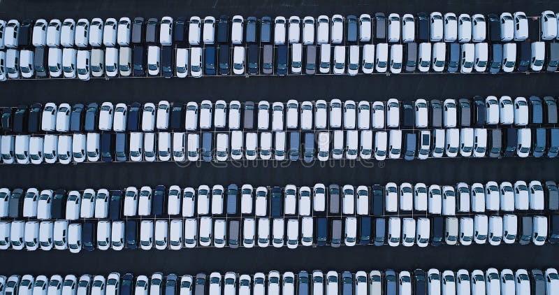 Νέοι υπαίθριος σταθμός αυτοκινήτων και φορτηγό στοκ φωτογραφία