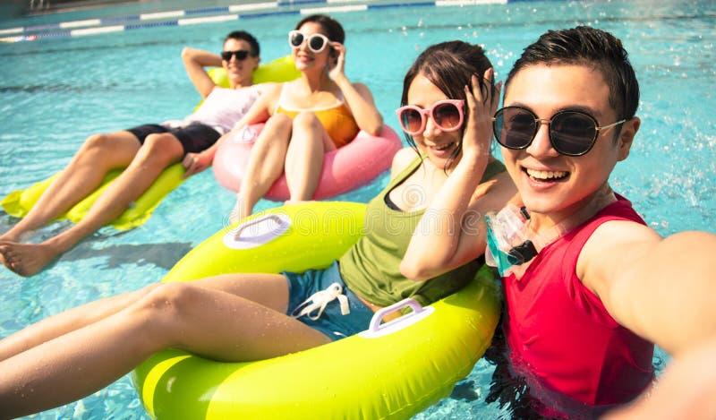 Νέοι φίλοι που παίρνουν selfie στην πισίνα στοκ φωτογραφίες