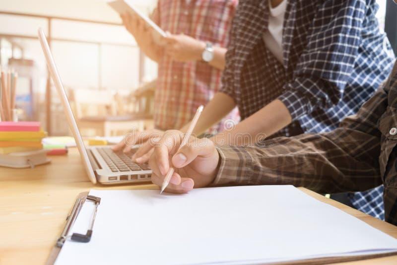νέοι φοιτητές πανεπιστημίου που μελετούν με τον υπολογιστή στον καφέ ομάδα στοκ εικόνες