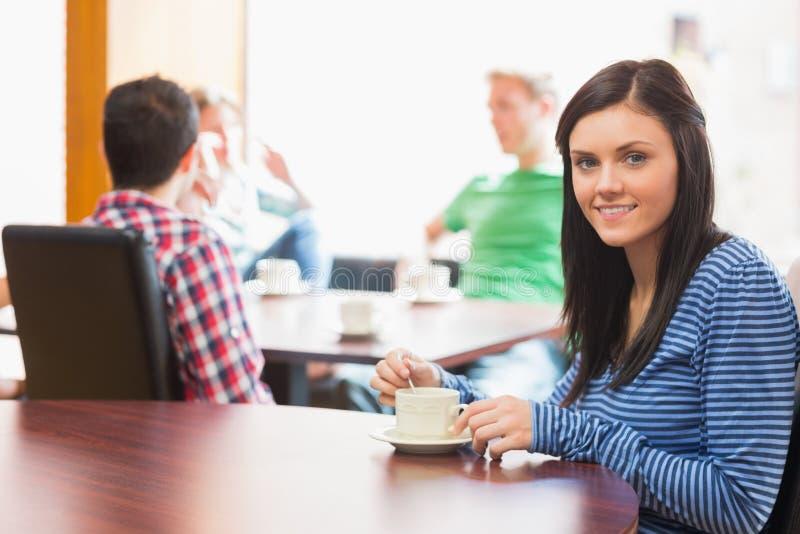 Νέοι φοιτητές πανεπιστημίου στη καφετερία στοκ εικόνες