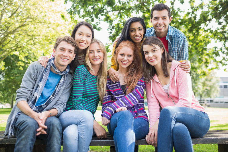 Νέοι φοιτητές πανεπιστημίου στο πάρκο στοκ φωτογραφία