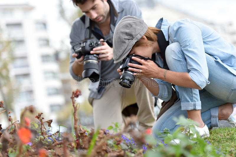Νέοι φωτογράφοι που κάνουν τη μακρο φωτογραφία στοκ φωτογραφία με δικαίωμα ελεύθερης χρήσης