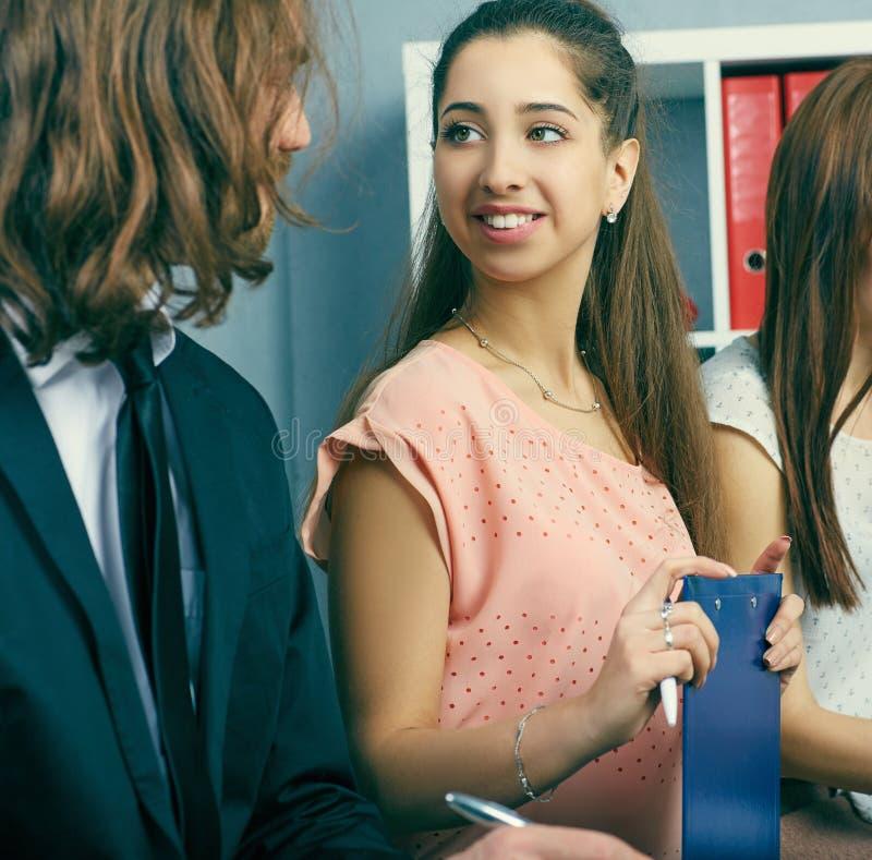 Νέοι χαμογελώντας δικηγόροι που συζητούν τα προβλήματα εργασίας Σοβαρές επιχείρηση και συνεργασία, προσφορά εργασίας, οικονομική  στοκ εικόνες