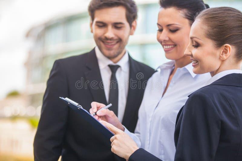 Νέοι χαμογελώντας επιχειρησιακές γυναίκες και επιχειρησιακός άνδρας στοκ εικόνες με δικαίωμα ελεύθερης χρήσης