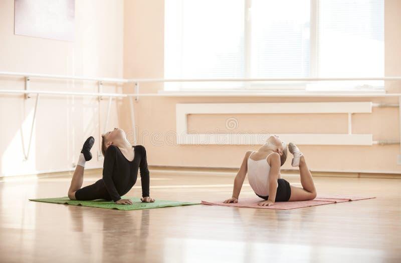 Νέοι χορευτές που κάνουν μια άσκηση θερμαίνοντας στοκ εικόνα