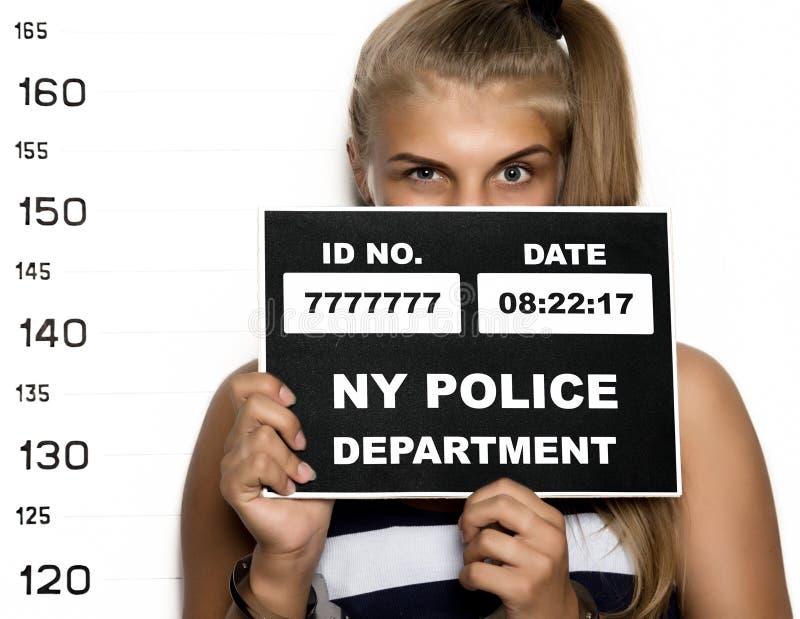 Νέοι όμορφοι ξανθοί πυροβολισμοί κουπών γυναικών εγκληματικοί στοκ φωτογραφία με δικαίωμα ελεύθερης χρήσης