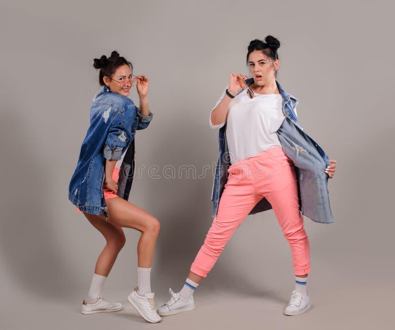 Νέοι όμορφοι χορευτές που θέτουν στο στούντιο στοκ εικόνες