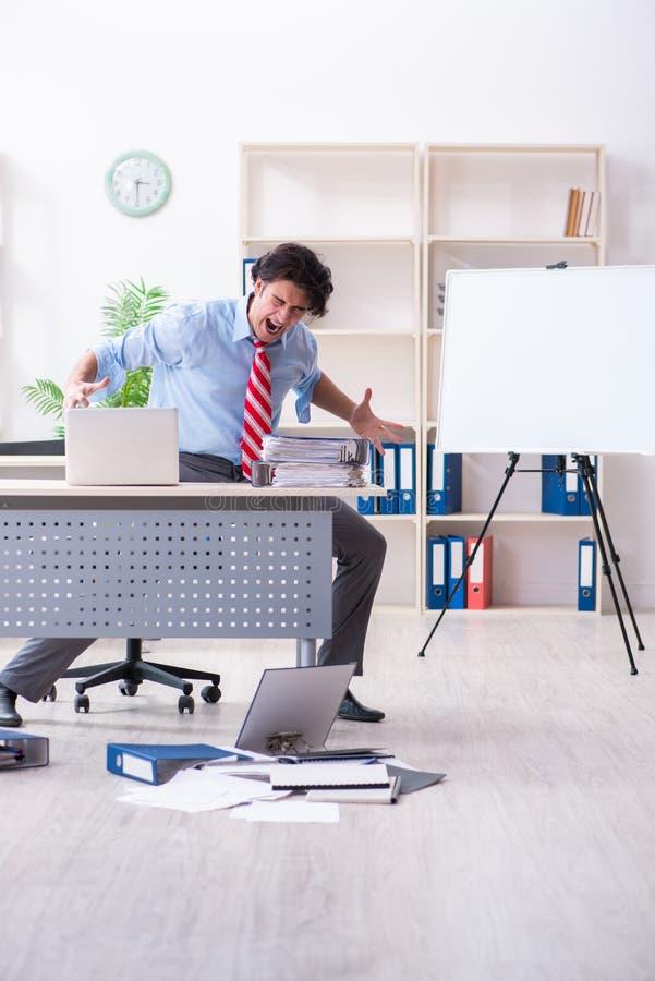 Νέος άνδρας υπάλληλος δυστυχισμένος με την υπερβολική εργασία στοκ φωτογραφία με δικαίωμα ελεύθερης χρήσης