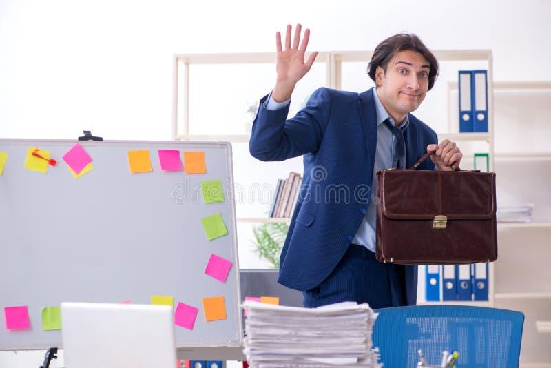 Νέος άνδρας υπάλληλος δυστυχισμένος με την υπερβολική εργασία στοκ εικόνες με δικαίωμα ελεύθερης χρήσης