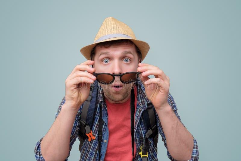 Νέος έκπληκτος τύπος τουριστών με ένα ανοικτό στόμα στοκ φωτογραφία με δικαίωμα ελεύθερης χρήσης