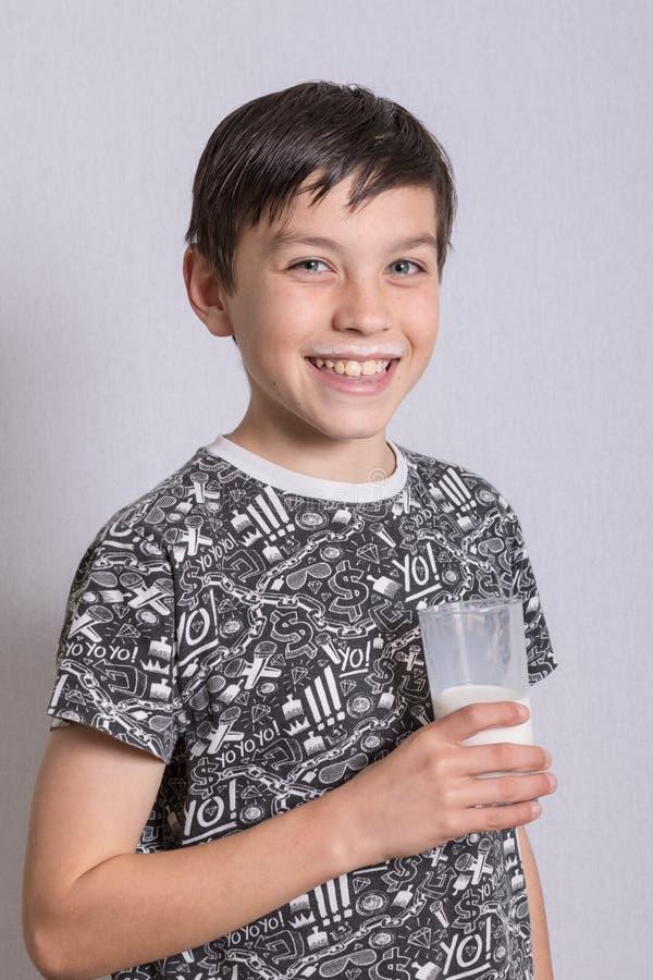 Νέος έφηβος με ένα γάλα moustache στοκ φωτογραφία