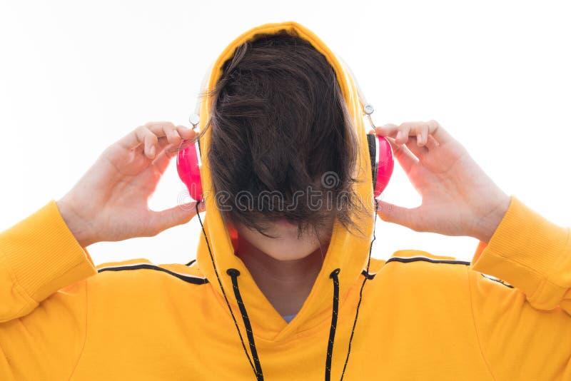 Νέος έφηβος με τα ακουστικά στοκ φωτογραφία με δικαίωμα ελεύθερης χρήσης