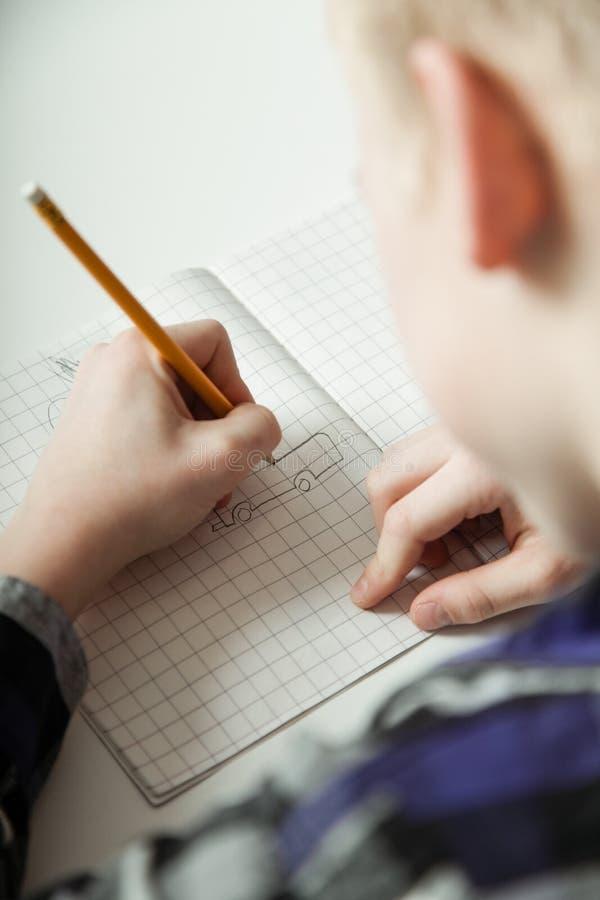 Νέος έφηβος που κάνει την εργασία στοκ φωτογραφία με δικαίωμα ελεύθερης χρήσης