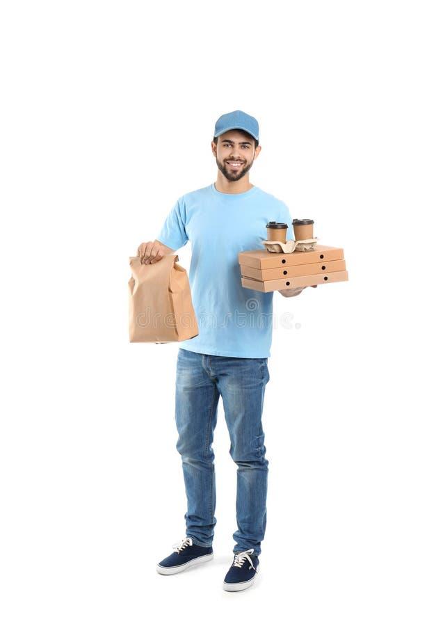 Νέος αγγελιαφόρος με τα διαφορετικά εμπορευματοκιβώτια στο άσπρο υπόβαθρο Παράδοση τροφίμων στοκ φωτογραφία με δικαίωμα ελεύθερης χρήσης