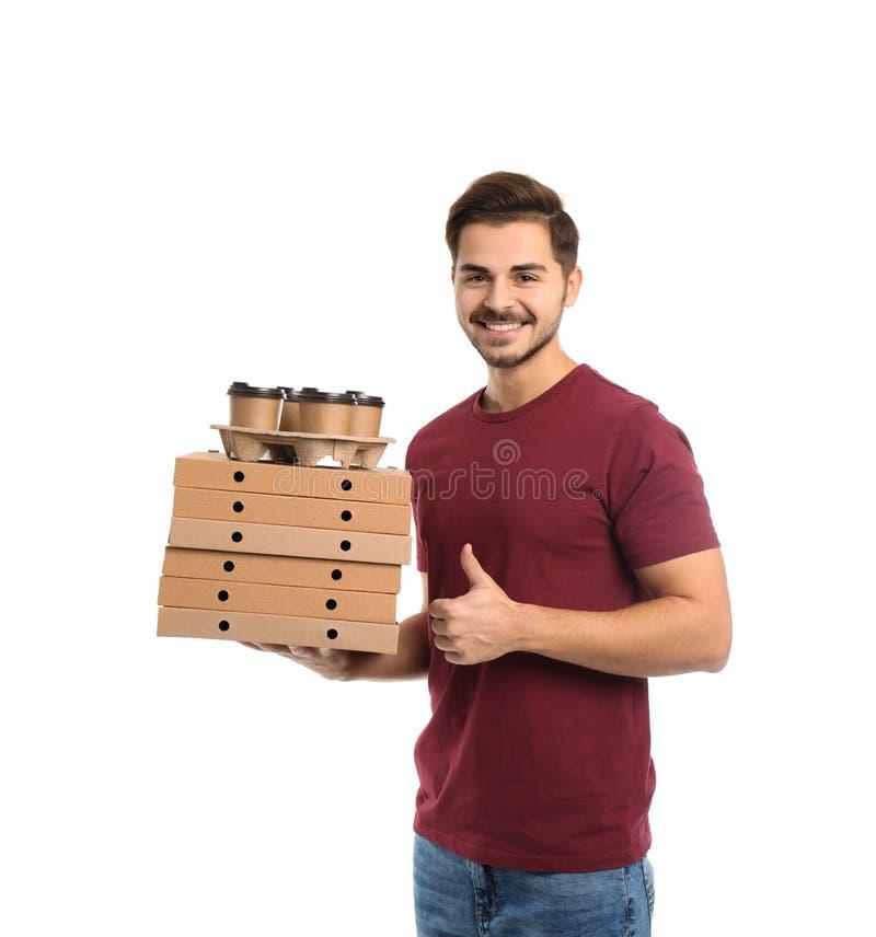 Νέος αγγελιαφόρος με τα κιβώτια και τα ποτά πιτσών στο άσπρο υπόβαθρο Παράδοση τροφίμων στοκ φωτογραφία με δικαίωμα ελεύθερης χρήσης
