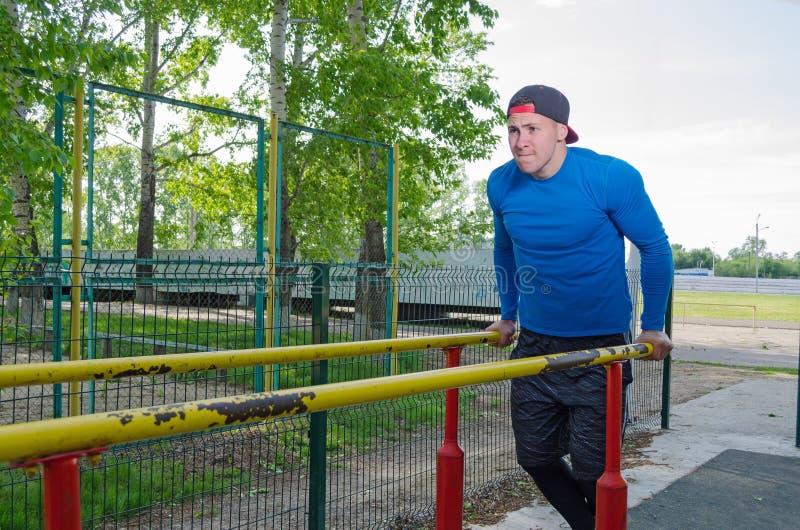 Νέος αθλητής κατά τη διάρκεια του workout του στοκ εικόνες