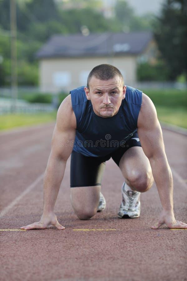 Νέος αθλητής στην έναρξη στοκ φωτογραφία με δικαίωμα ελεύθερης χρήσης