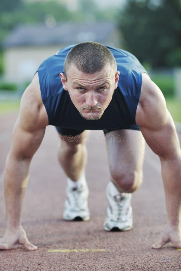 Νέος αθλητής στην έναρξη στοκ φωτογραφία