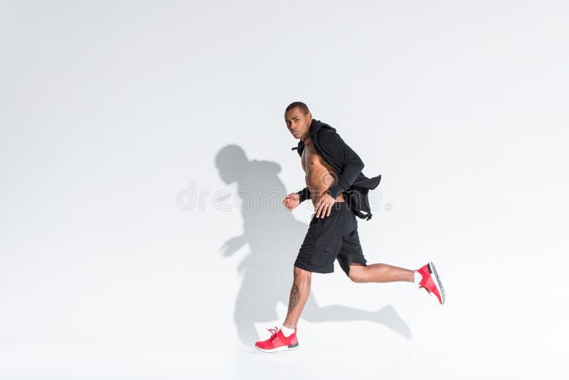 νέος αθλητικός τύπος αφροαμερικάνων που τρέχει και που εξετάζει τη κάμερα στοκ εικόνες με δικαίωμα ελεύθερης χρήσης