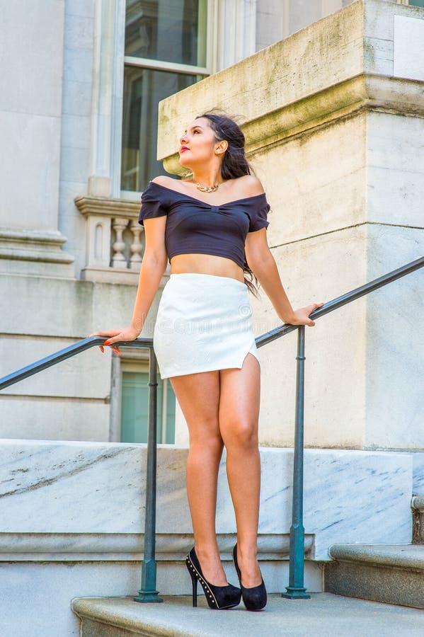 Νέος αμερικανικός θηλυκός φοιτητής πανεπιστημίου που στέκεται έξω από το εκλεκτής ποιότητας ο στοκ φωτογραφίες