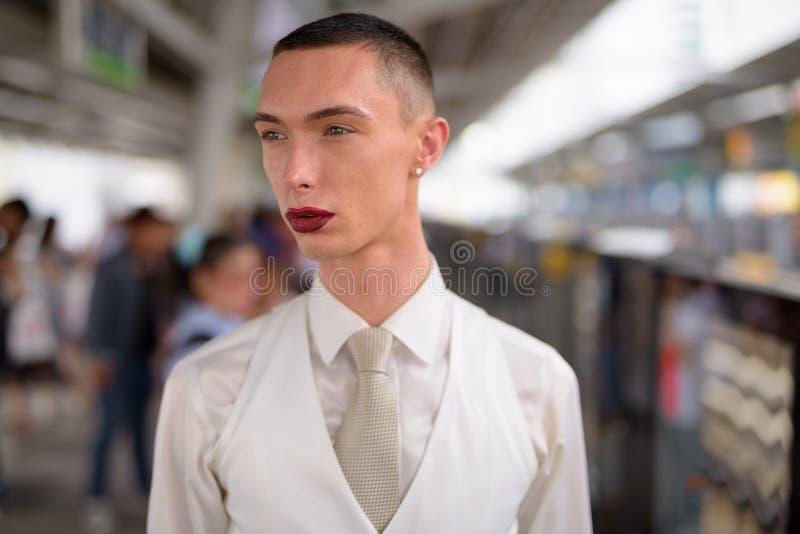 Νέος ανδρόγυνος ομοφυλοφιλικός επιχειρηματίας LGTB που φορά το κραγιόν στοκ φωτογραφία με δικαίωμα ελεύθερης χρήσης