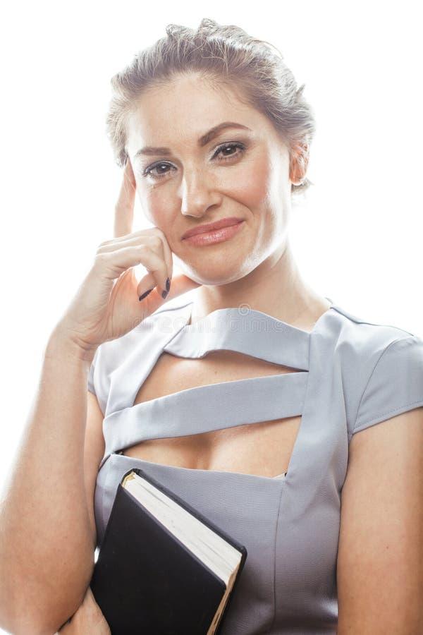 Νέος αρκετά πραγματικός γραμματέας γυναικών brunette στο προκλητικό φόρεμα που φορά τα γυαλιά που απομονώνεται στο άσπρο υπόβαθρο στοκ εικόνες