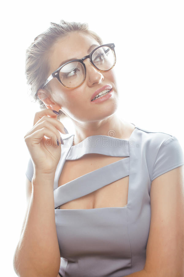 Νέος αρκετά πραγματικός γραμματέας γυναικών brunette στο προκλητικό φόρεμα που φορά τα γυαλιά που απομονώνεται στο άσπρο υπόβαθρο στοκ φωτογραφίες με δικαίωμα ελεύθερης χρήσης
