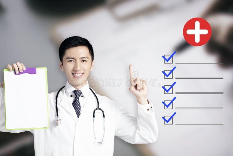 νέος αρσενικός γιατρός που παρουσιάζει ιατρική αναφορά στοκ εικόνες